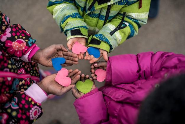 Kinderen die harten in handen houden Premium Foto