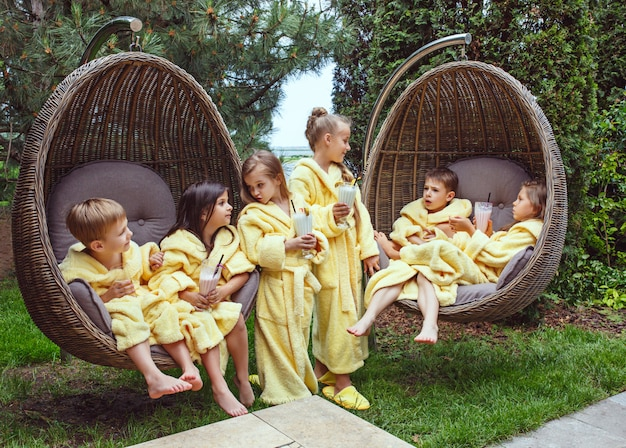 Kinderen die milkshakes in openlucht drinken Gratis Foto