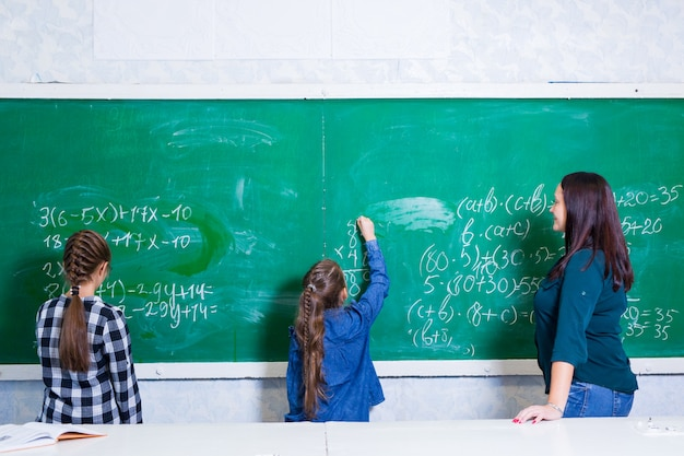 Kinderen doen wiskunde op de lagere school. Premium Foto