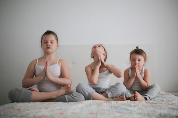 Kinderen emotionele leuke yoga, concept van de kindertijd Premium Foto