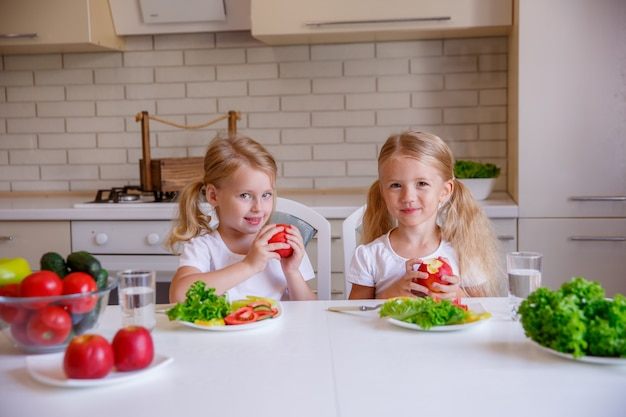 Kinderen eten gezond voedsel in de keuken Premium Foto