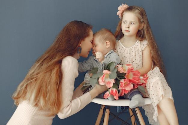 Kinderen gaven moeder bloemen voor moederdag Gratis Foto