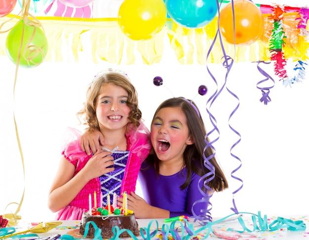 Kinderen gelukkige knuffel in verjaardagspartij lachen Premium Foto