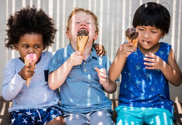 Kinderen genieten met ijs Premium Foto