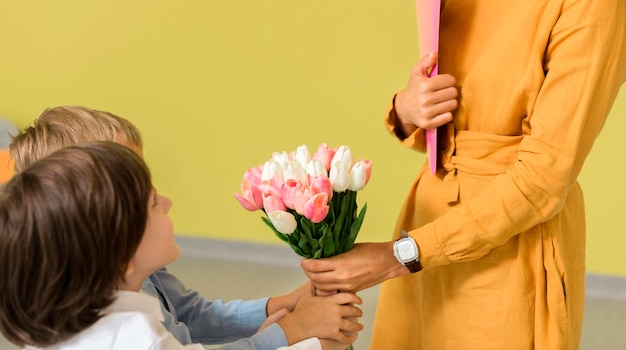 Kinderen geven hun leraar een boeket bloemen Gratis Foto