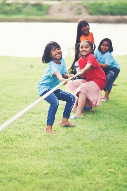 Kinderen groeperen touwtrekken in het park Gratis Foto