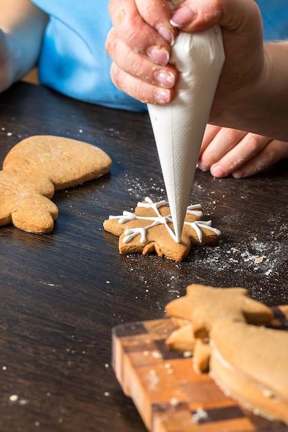 Kinderen hand versieren koekjes met suiker Premium Foto