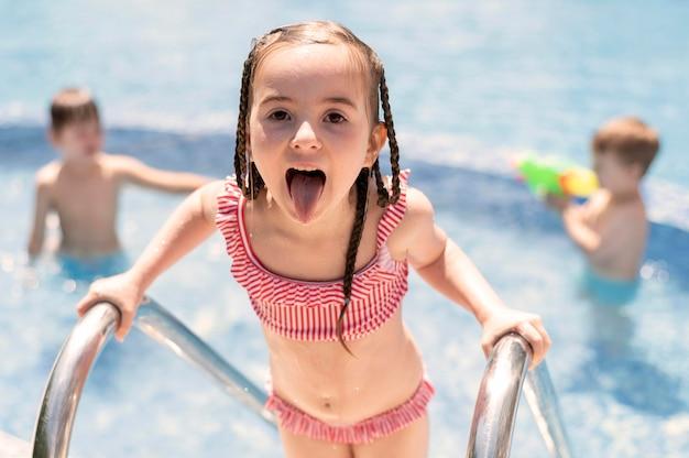 Kinderen hebben plezier bij het zwembad Gratis Foto