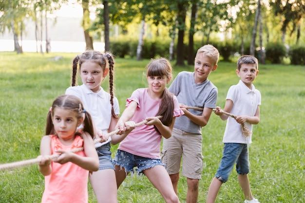 Kinderen hebben plezier in touwtrekken Gratis Foto