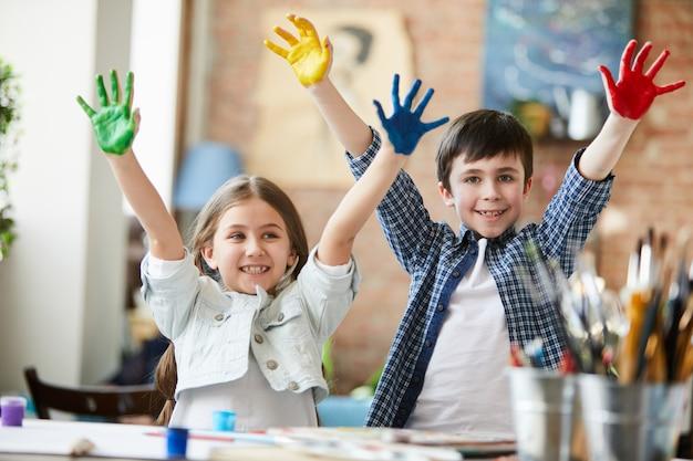 Kinderen hebben plezier met verf Premium Foto