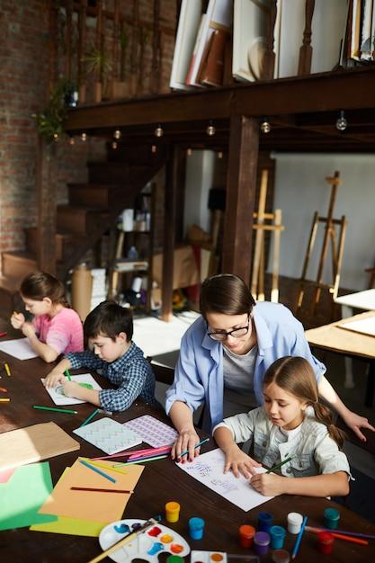 Kinderen in art studio high angle Premium Foto