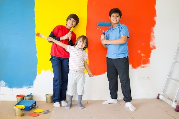 Kinderen in de schilderkamer op de muur foto premium download
