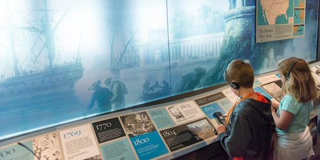 Kinderen in een museum, ellis island, jersey city, new york state, vs. Premium Foto