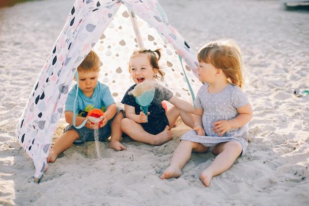 Kinderen in een zomerpark Gratis Foto