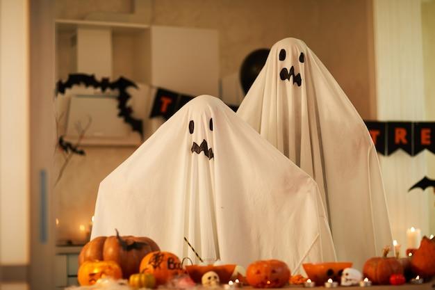 Kinderen in spook kostuums op feestje Premium Foto