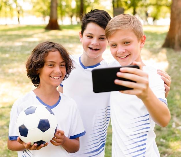 Kinderen in sportkleding nemen een selfie Gratis Foto