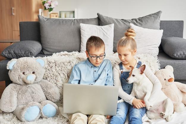 Kinderen kijken naar video's op laptop Premium Foto