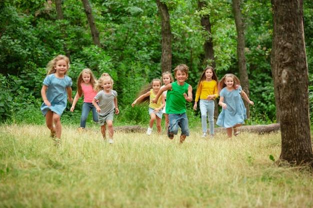 Kinderen, kinderen die op groene weide lopen Gratis Foto