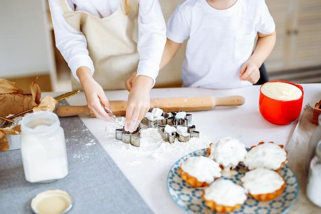 Kinderen koken koekjes bakken keuken Premium Foto