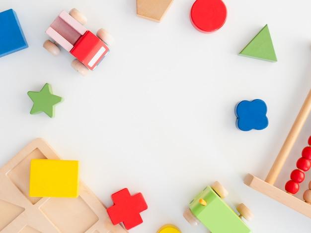 Kinderen leren concept met speelgoed stapelen Premium Foto