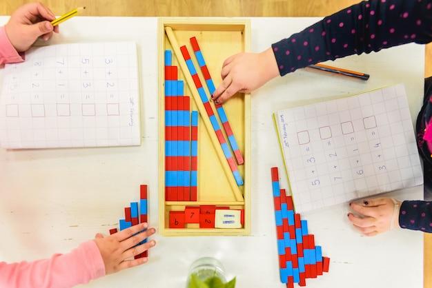 Kinderen leren schrijven op het gebied van alfabetisering in een montessorischool. Premium Foto