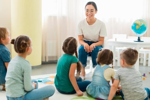 Kinderen letten op hun kleuterschool Premium Foto
