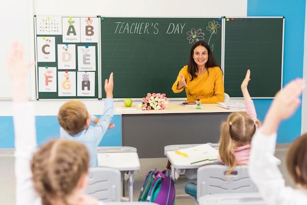 Kinderen letten op in de klas Gratis Foto