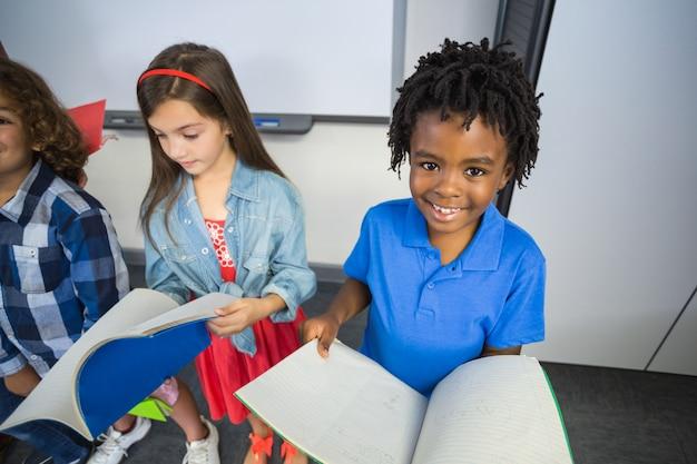 Kinderen lezen boek in de klas Premium Foto