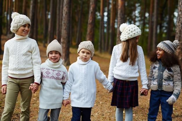 Kinderen lopen het bos in Gratis Foto