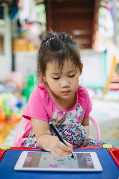Kinderen met behulp van tablet voor tekenen Premium Foto