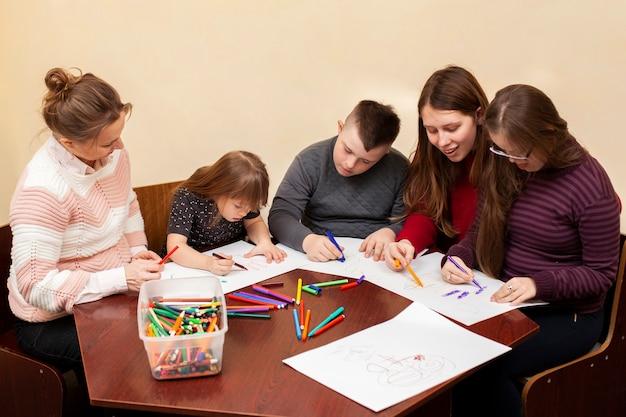 Kinderen met het syndroom van down tekenen samen Gratis Foto
