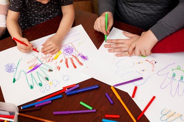 Kinderen met het syndroom van down tekenen Premium Foto