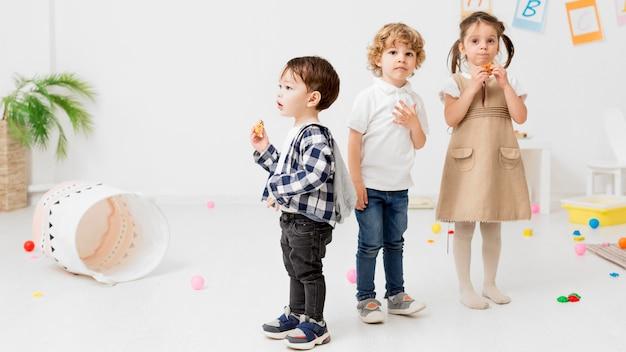 Kinderen poseren tijdens het spelen samen Premium Foto