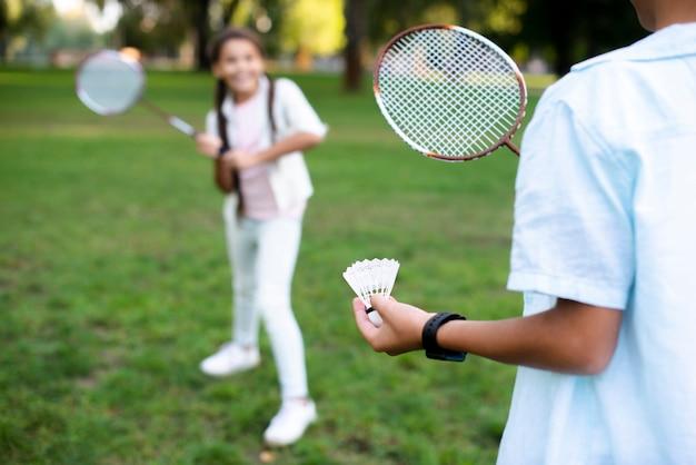 Kinderen spelen badminton op mooie zomerdag Gratis Foto