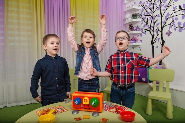 Kinderen spelen bordspellen Premium Foto