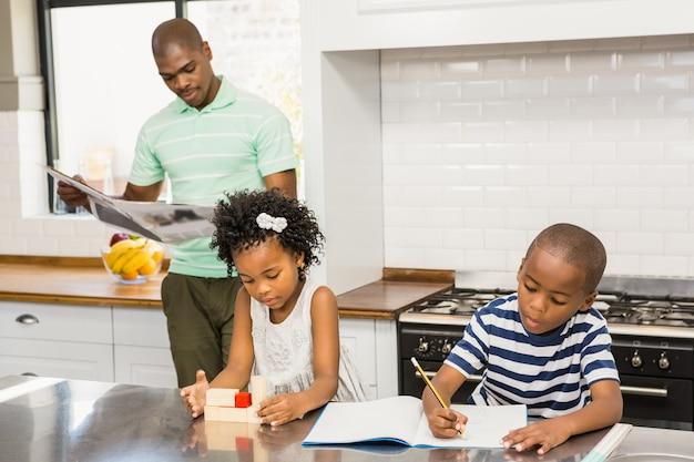 Keuken Voor Kinderen : Kinderen spelen en tekenen in de keuken foto premium download