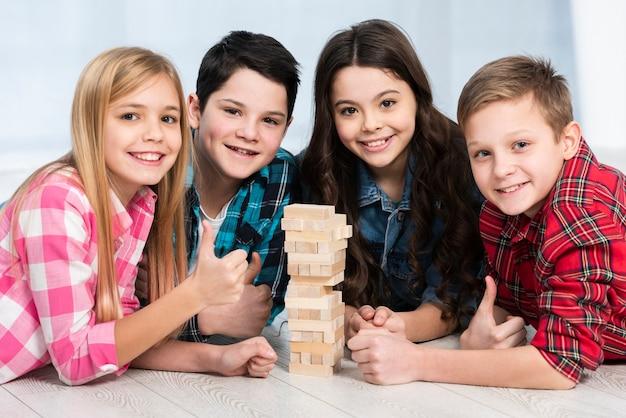 Kinderen spelen jenga Gratis Foto
