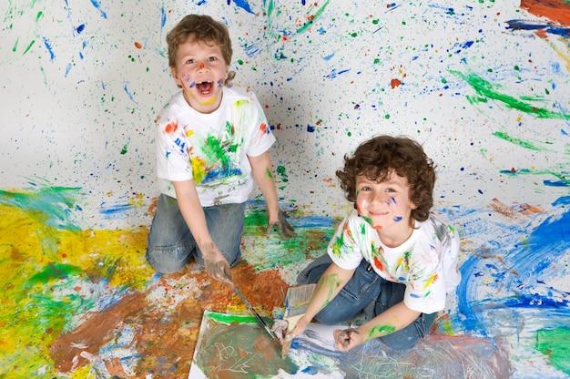 Kinderen spelen met schilderen Premium Foto