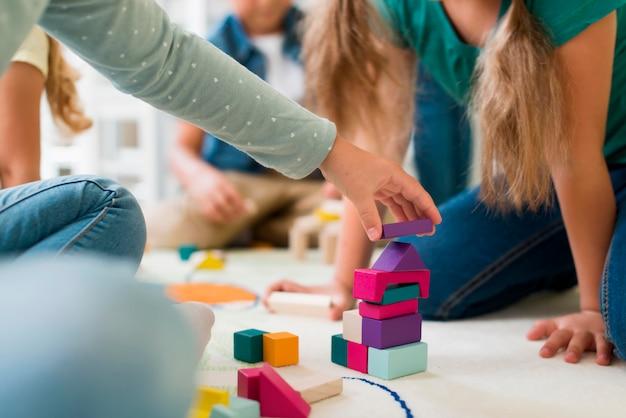 Kinderen spelen op de kleuterschool met torenspel Premium Foto