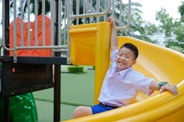 Kinderen spelen op de speelplaats, gelukkige jongen Premium Foto