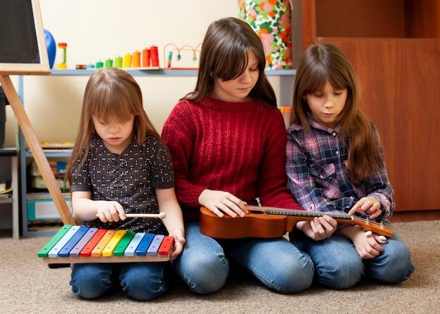 Kinderen spelen samen met gitaar en xylofoon Gratis Foto