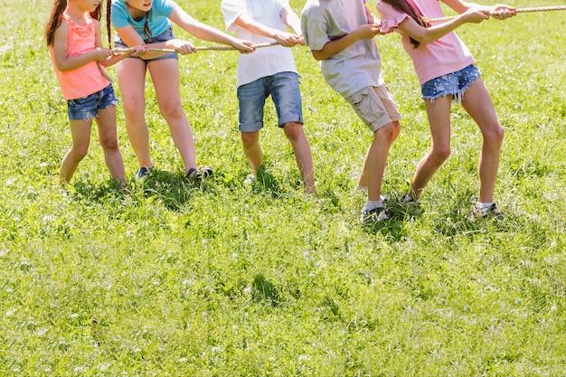 Kinderen strijden in touwtrekken Gratis Foto