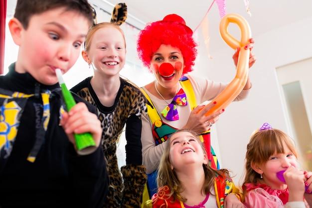 Kinderen verjaardagsfeest met clown en veel lawaai Premium Foto