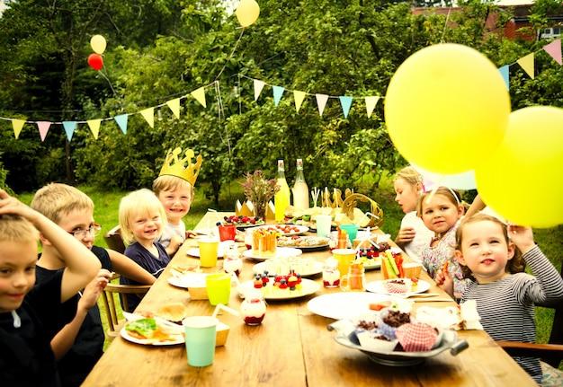 Kinderen vieren op een verjaardagsfeestje Premium Foto
