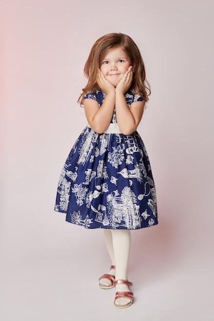 Kinderen vormen jonge modellen kinderen poseren Premium Foto