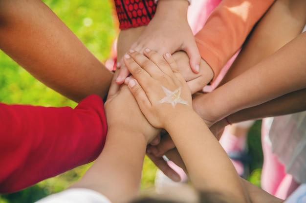 Kinderen vouwen hun handen samen, spelen op straat Premium Foto