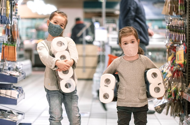 Kinderen winkelen bij de supermarkt tijdens de pandemie. Gratis Foto