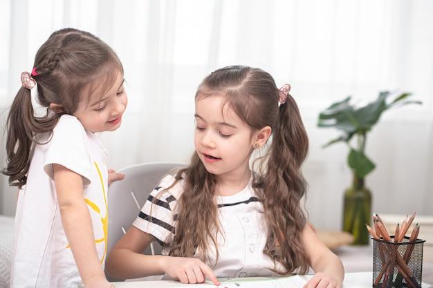 Kinderen zitten aan tafel en maken hun huiswerk Gratis Foto