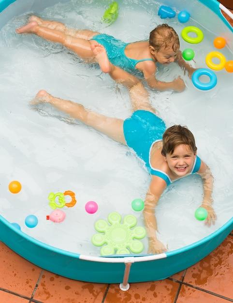 Kinderen zwemmen in kind zwembad Premium Foto