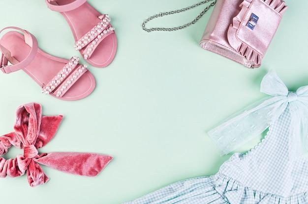 Kinderkleding. groene achtergrond en vrije ruimte voor tekst. Premium Foto